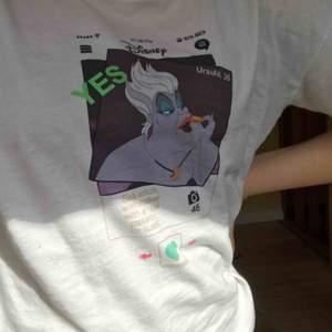"""En vit t-shirt med tryck av """"tinder Ursula"""" buda från 70 kr"""