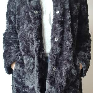 Svart fuskpälsjacka i bra skick. Använd måttligt en vintersäsong. Bra passform, normal strl. 38/40.
