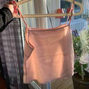 Jättefint linne i satin, färgen är ljusrosa och uppskattad storlek är xs-s. Säljer då den tyvärr aldrig används🌼   Möts upp i Stockholmsområdet eller fraktar 🥰