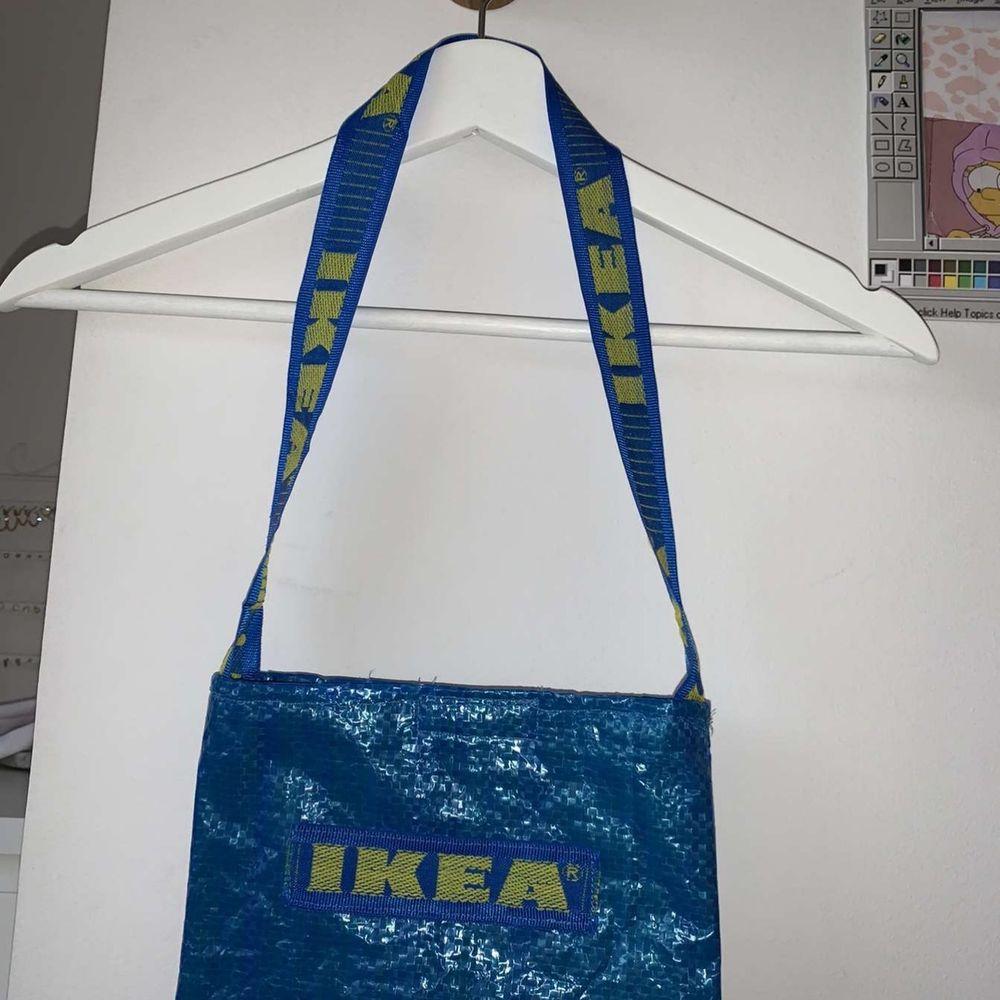 Sydd på symaskin! En väska gjord på IKEA påsar med matchande gult tyg på insidan! Grundpriset ligger på 70kr men högst bud vinner! Frakt: 22kr. Stängs med hjälp av kardborreband! . Väskor.