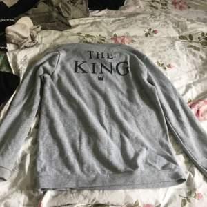 """Super mysig och skön. Helt grå långärmad men står """"the king"""" på baksidan. Perfekt att köpa till killen eller bara gå och mysa i den själv! Nästan aldrig använd."""