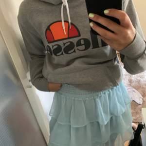 Mysig ellesse hoodie, nypris 600kr. Säljer pga inte blivit använd på länge.  Köpt på Junkyard💜 köparen står för frakten.