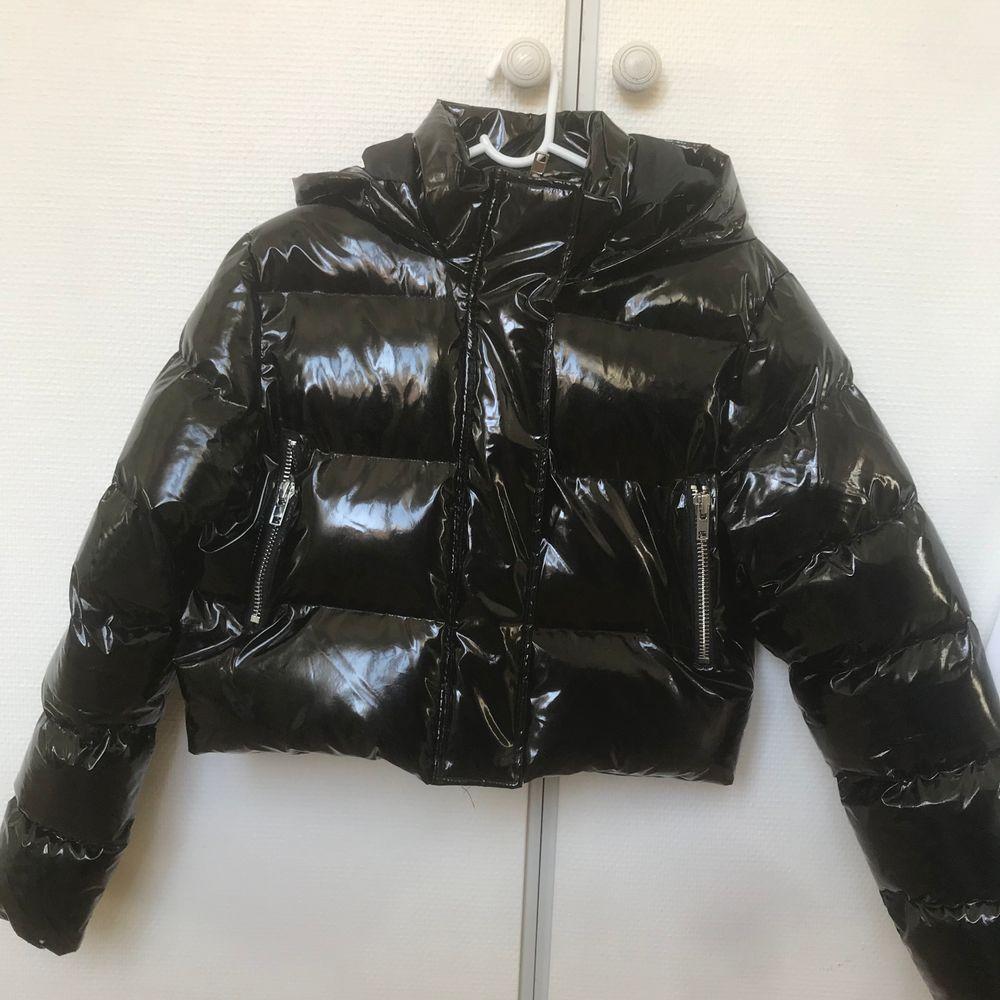 Jackan är som ny och köpt från boohoo. Köparen står från frakt😊🌸. Jackor.
