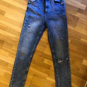 Väldigt våriga jeans i fint skick💜 använder de inte längre då de är för små;/ sitter väldigt skönt i midjan ❣️ de står att de är storlek 38 men jag tycker de absolut är mer 34/36!!! pris kan diskuteras:) möts upp eller fraktar💓
