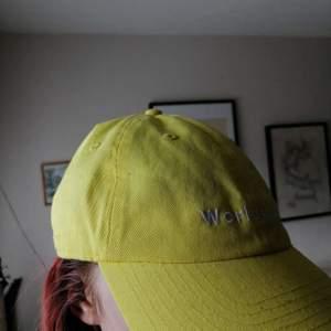 Gullig gul keps med texten worldwide på!