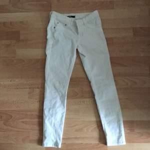 Snygga jeans som tyvär är försmå.