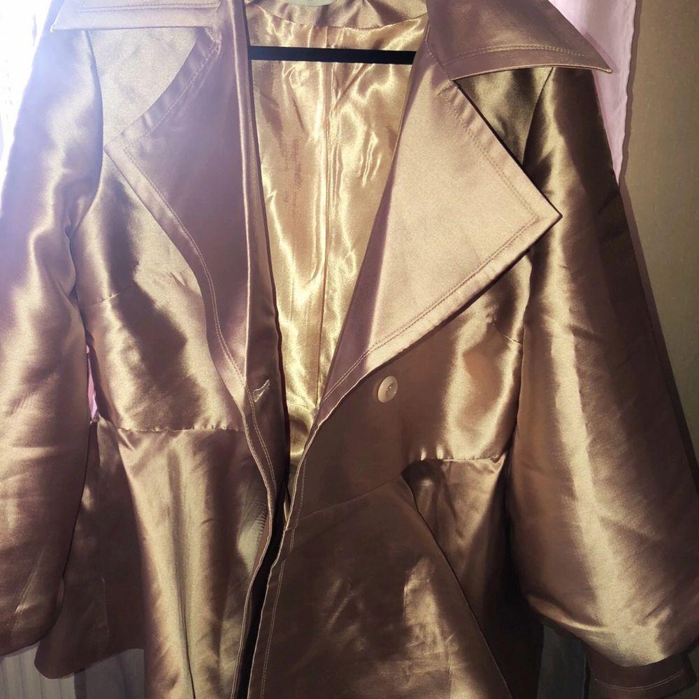Riktigt snygg jacka som är köpt för 800 kr använt 2 ggr. Jackan är från Nelly.com de är ballonärmar och volanger ner till. Härlig och fin sommar jacka😍 priset är både plagget inklusive frakten tillsammans😊. Jackor.