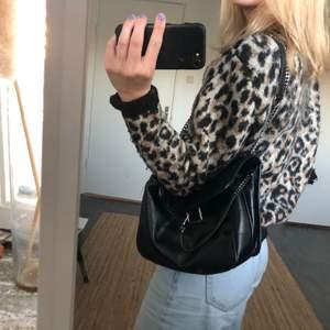 En varm stickad tröja med leopard mönster, skit cool 😁 Köptes för 400 säljes för 170, köparen betalar för frakt 💜 HÖGSTA BUD 185kr