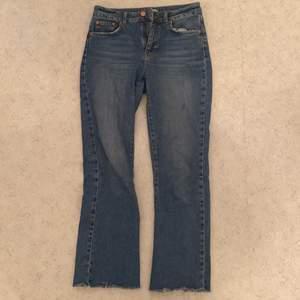 Blåa jeans exakt som de blåa me slitningar på slutet