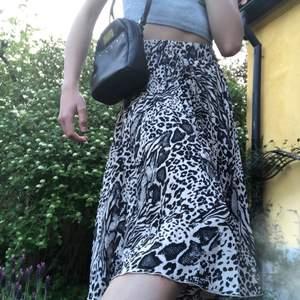 Ur fin kjol med djur mönster köpt förra året💕 säljer pga av att jag har tröttnat, jätte fint skick🥰🥰 Frakt ingår😊