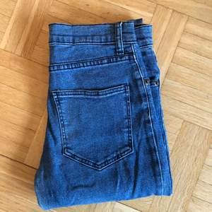 Jeans från Cubus. För långa för mig, är 165 cm. Kan hämtas i Malmö, är lite osäker på exakt fraktkostnad.