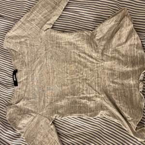 """Grå tröja med """"volanger"""" ner till väldigt stil ren och matchar till de mesta, köparen står för ev frakt"""