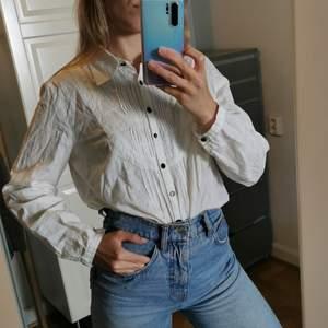 Jättefin skjorta. Bra kvalitet. Står storlek 40 men skulle säga mer som en 36/38.  Ej frakt, möts upp vid Stureplan eller Slussen 😊🌸
