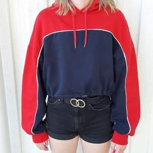 Säljer denna fina blå röda hoddie från H&M. Bra bevarad. Kan vara lite kort för vissa men då kan du bara ta ett linne under eller ha den bara som den är.Frakt tillkommer🥰❤