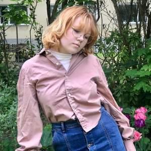 Skjorta med puffig ärm  Strl ca M, fråga om exakt mått  Avhämtning i midsommarkransen eller frakt 63kr (spårbart)