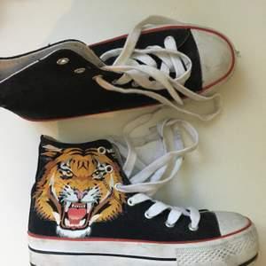 Skit snygga converse liknande tyg skor med platå i tiger på sidan.