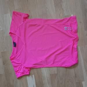 Neon rosa (bild 2). Knappt använd men väldigt fin neckline (V) och färg. 100 kr inklusive frakt