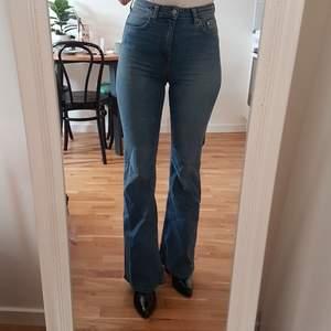 Perfekta blå flares från H&M i strl 36, gissar på ca 26/32. Säljes då de är lite för tighta över midjan & vida i benen på mig. Frakt är inräknat i priset. Skickar i postens blå påsar och samfraktar gärna. Tar helst emot betalning via Swish. 🌻