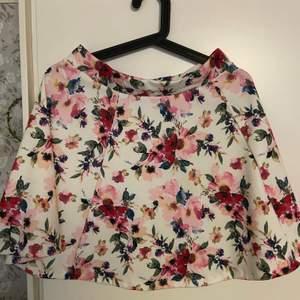 En blommig kjol från New yorker som bara används en gång. Köparen står för frakten.