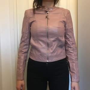 Helt ny rosa läder jacka jättesnygg, storlek EU 34🌸 Köparen står för frakten🌸
