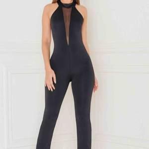 Jumpsuit från Rebecca Stella i fint skick! Säljer pga den används så sällan. Jättefint skick med meshdetaljer och öppen rygg. Köper står för frakt. 💜
