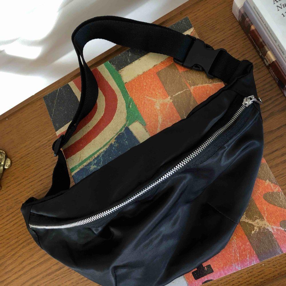 Schysst svart väska ⚡️💕. Accessoarer.