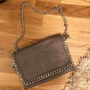 Väska från Scorett strl M. 28cm lång, 18cm hög och 5cm bred. Frakt tillkommer