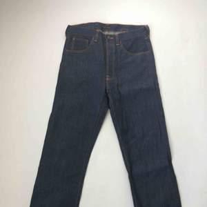 Supersnygga otvättade oanvända Nudie jeans. Fast Freddy. Spänne bak i midjan. Knappgylf.