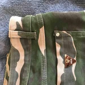 Shorts i militär mönster från Diabless of Sweden