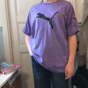Lila/rosa Puma T-shirt. Nästan helt oanvänd och köpt på humana.