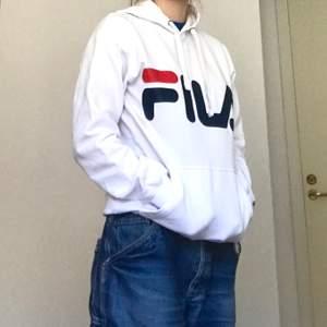 Söt fila hoodie i stl xs☺️ knappt använd, inga fläckar eller slitage! Köpt på junkyard för 2 år sedan ungefär, säljer för 170kr, köparen står för frakt🥳