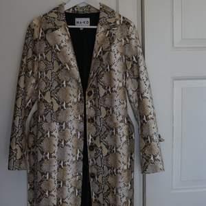 En kaxig kappa från NA-KD!! Aldrig använd (enbart testad) bra skick och kommer från ett djur och rökfritt hem! Fraktar gärna (köpare står för frakt) 🌊 Jag är 165cm lång och bär ofta storlek 36 i kläder! ❤️