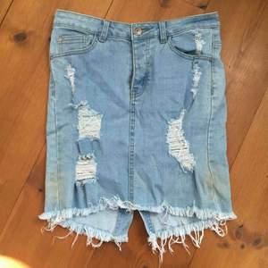 Ljusblå pennkjol i slitet och stretchigt jeansmaterial, Superfin för figuren och bekväm. Inköpt i Australien för några år sedan, storleken är mer en small men materialet är stretchigt så medium går. Pris inkl. Frakt 150kr