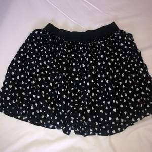 en svart kjol med hjärtan från hm aldrig använda så i jätte bra skick