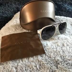 Gucci Solglasögon (gg1627/s) Strl - Skick: 9/10 Pris: 1400kr (Säljer nu ett par fräscha Gucci solglasögon, allt original till dem medföljer köpet.)