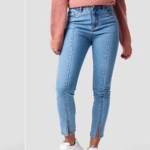 Skitsnygga jeans från NA-KD med en slit nertill och en söm längs benet😍 Pris kan diskuteras💙