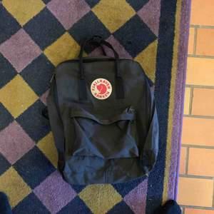 Oanvänd fjällräven kånken ryggsäck i svart svart