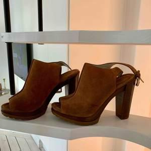 Michael kors skor i mocka köpta när jag bodde i new york. Använder för sällan så hoppas de gör mer nytta hos någon annan! Nypris ca 2000kr säljer för 600kr pga liten skada på baksida av klacken.  Möts i Stockholm eller fram tillkommer
