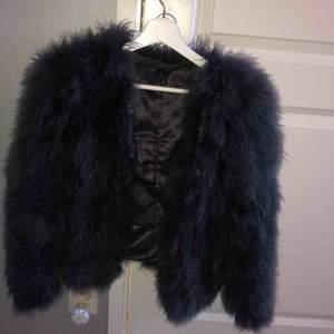 Äkta struts blå/grå jacka,perfekt nu till höst! Använd minst 2 gånger. kan mötas i skövde eller står köparen för frakt billigare vid snabbare affär! Kontakta vid mer frågor