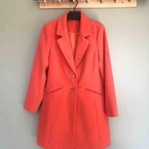 Aprikosfärgad kappa, lätt figursydd. Helt oanvänd, köpt i London. Superfin till våren!