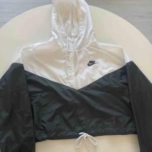 En jätte fin Nike jacka i fint skick. Ny pris 799kr Riktigt skön och lätt jacka!!! Bjuder på frakten