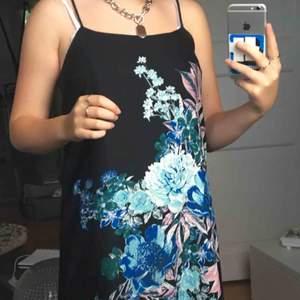 supersöt klänning i satin!!💖 minimal syn på användning!!