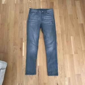 perfekta grå jeans, super stretch med lite slitningar