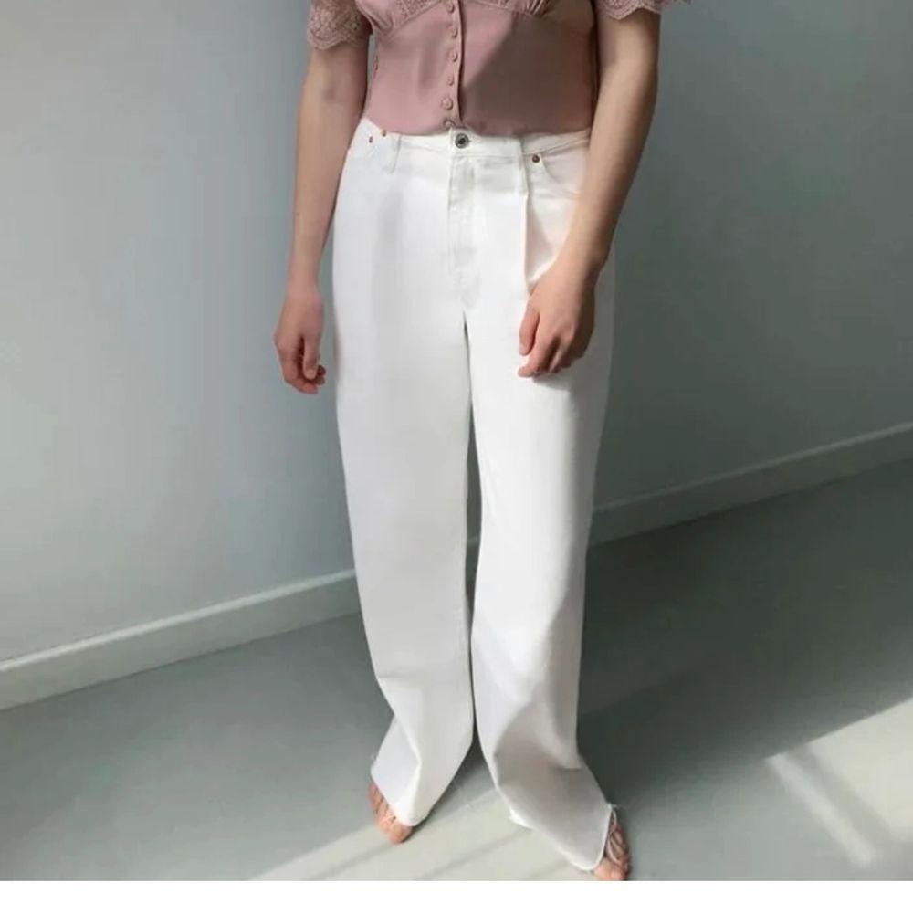 Strl 40. Vita vida jeans från zara som ej är använda. . Jeans & Byxor.
