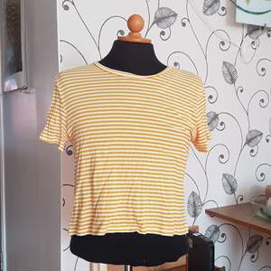 Denna gul-vit-randiga t-shirt från Monki säljes då den inte längre används. Den har ett litet hål vid vänster axel som går att laga utan några problem. Passar både S och M! Skönt material!
