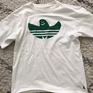 Andvänd en gång, adidas skateboard t shirt köpt på Urban outfitters cond:9/10