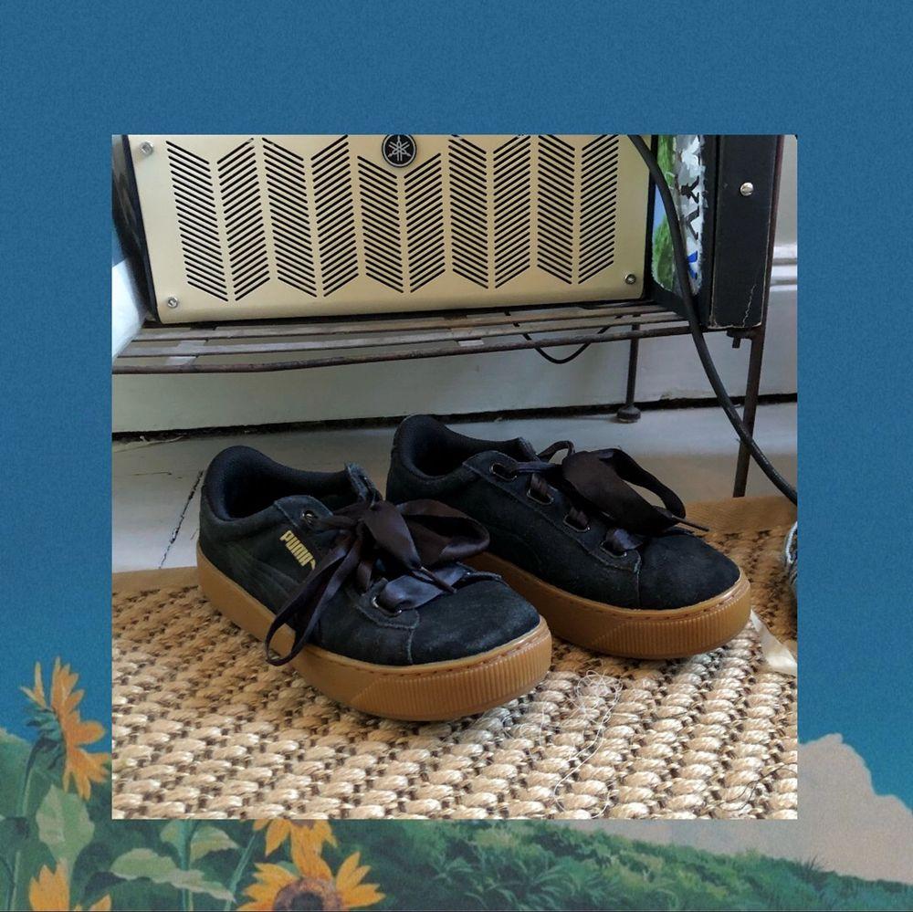 Svarta puma skor i hyfsat skick, ingenting är sönder. Frakt ingår ej. Själv är jag stl 38 och de passar men är lite för små runt tårna så skulle rekommendera om du är 36-37. Skor.