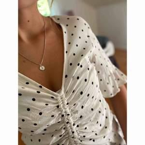 Fin prickig blus från H&M 🤍🖤  -köparen står för frakten-