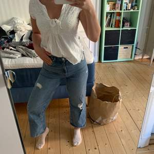 As fina jeans med lite hål å slitningar som sitter as fint på kroppen! Priset är inkl frakt! Passar s-m