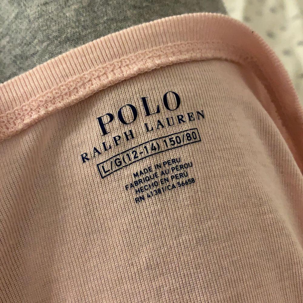 En fin rosa tröja från Ralph Lauren💞 jätteskönt material! Säljer då den inte kommer rill användning. T-shirts.